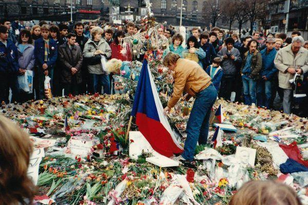 Václav Havel upamiętniający w 1989 roku w Pradze ofiary protestów antykomunistycznych. Nikt się nie spodziewał, że już za 4 lata państwo się rozpadnie (fot. MD, lic. CC BY-SA 3.0).