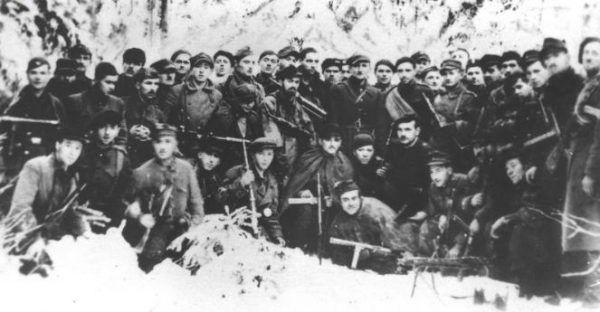 """Ostatnie zdjęcie dawnego oddziału """"Jędrusiów"""", wówczas już 4 kompanii 2 batalionu 2 Pułku Piechoty Legionów Armii Krajowej, wykonane przed rozwiązaniem oddziału w Lasach Siekierzyńskich (źródło: Narodowe Archiwum Cyfrowe, domena publiczna)."""