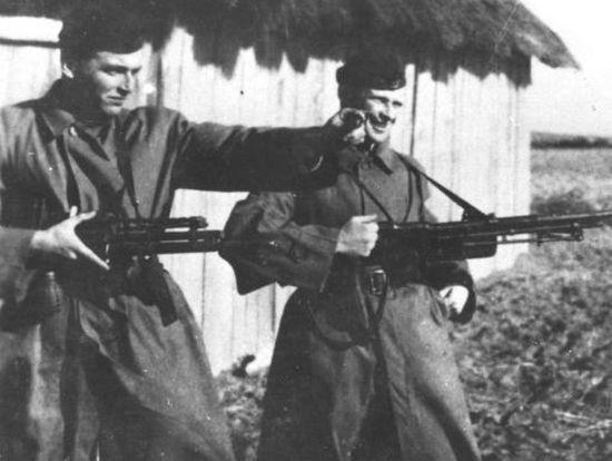 """Żołnierze oddziału """"Jędrusiów"""" z ręcznymi karabinami maszynowymi. Czy to te ukradzione przez Manfreda? (źródło: Narodowe Archiwum Cyfrowe, domena publiczna)."""