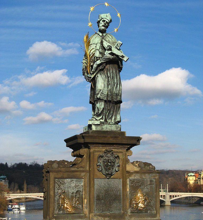 """Posąg św. Jana Nepomucena na Moście Karola w Pradze. To właśnie podobizny tego świętego szczególnie """"upodobali"""" sobie Czesi w pierwszych latach niepodległości (fot. Ludek; lic.: CC BY 3.0)."""