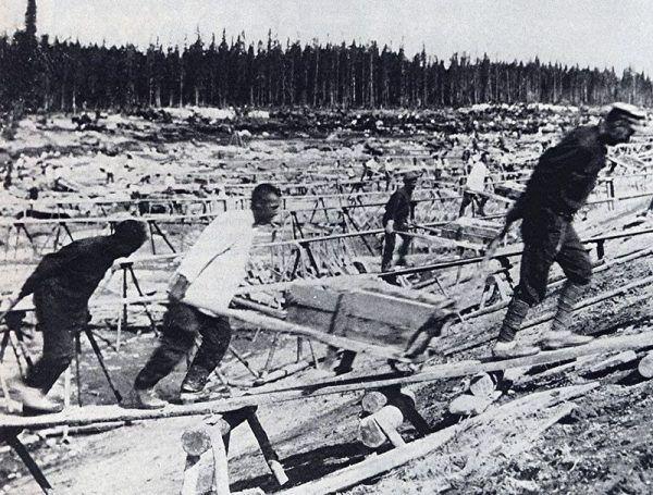 Budowa Kanału Białomorskiego. Według Sołżenicyna zginęło i zmarło przy niej nawet wierć miliona ofiar stalinowskiego terroru (źródło: domena publiczna).