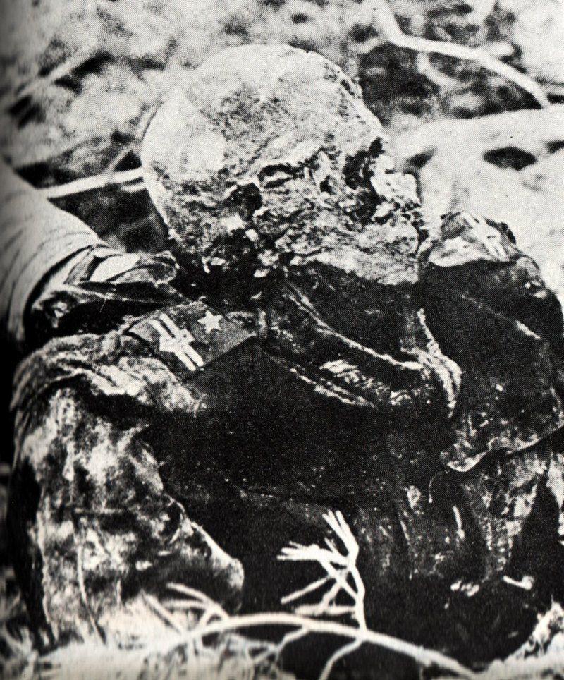 Zdjęcie zwłok jednego z zamordowanych przez NKWD polskich oficerów. Wykonano je w trakcie ekshumacji przeprowadzonej przez Niemców w 1943 roku (źródło: domena publiczna).