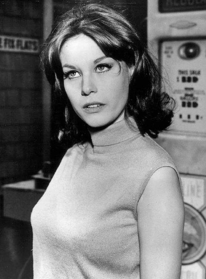 """Lana Wood nie zamierza spocząć, póki sprawiedliwość nie spotka mordercę jej starszej siostry. Zdjęcie z 1966 roku, pochodzące z serialu """"Peyton Place"""" (źródło: domena publiczna)."""