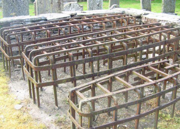 """Specjalne klatki chroniły ciała bogatych przed """"profanacją"""". Klatki na zdjęciu pochodzą z przykościelnego cmentarza w Logierait w Szkocji (autor: Judy Willson, lic.: CC BY-SA 3.0)."""