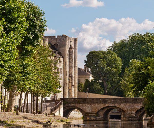 Donżon zamku w Niort. To właśnie w tej miejscowości przyszedł na świat i został ochrzczony Kopciuszek. A to wszystko dlatego, że jej ojciec siedział w więźniu... (fot. Alex Giraud, lic. CC BY-SA 3.0).