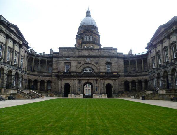 Studenci uniwersytetu w Edynburgu byli wspaniałą klientelą dla rezurekcjonistów. Sami również odwiedzali nocą cmentarze, by zdobywać ciała do autopsji. Na zdjęciu Old College, początkowo siedziba anatomów i chirurgów, zbudowany na początku XIX wieku (wcześniej zajęcia odbywały się w innych budynkach) (autor: Kim Traynor, lic.: CC BY-SA 3.0).