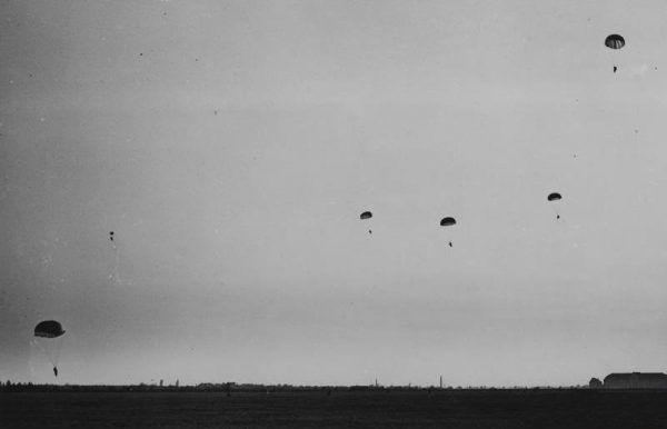 Pokazowy desant spadochronowy przeprowadzony w 1939 roku (źródło: domena publiczna).