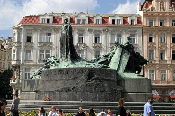 Pomnik Jana Husa w Pradze (autor: Petr Vilgus, lic.: CC BY 2.5).