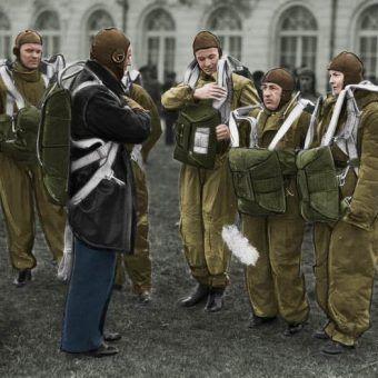Brytyjscy komandosi wcale nie byli pierwsi! Zdjęcie poglądowe polskich spadochroniarzy z okresu międzywojennego (źródło: domena publiczna; koloryzacja: Rafał Kuzak).