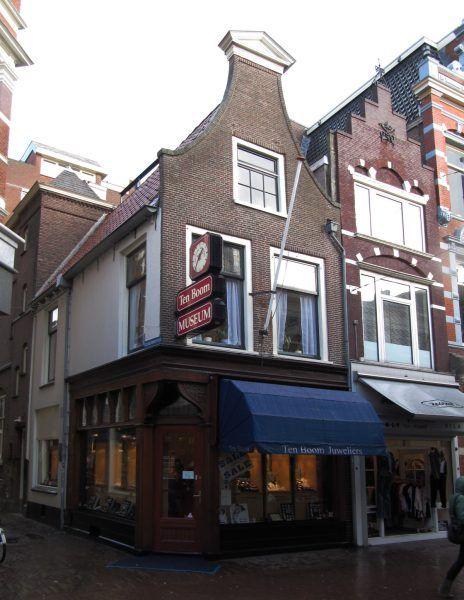 Dom ten Boomów w Amsterdamie. Dzięki podwójnej ścianie ten Boomowie uratowali dziesiątki Żydów. Padli ofiarą donosu - 4 z 5 członków rodziny zamęczyli naziści. Fot. M.M.Minderhoud, lic CC-BY-SA