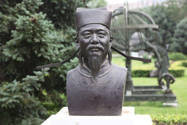 Popiersie Shen Kuo ustawione w ogrodzie pekińskiego Cesarskiego Obserwatorium Astronomicznego (fot. Hans A. Rosbach; lic. CC ASA 3.0).