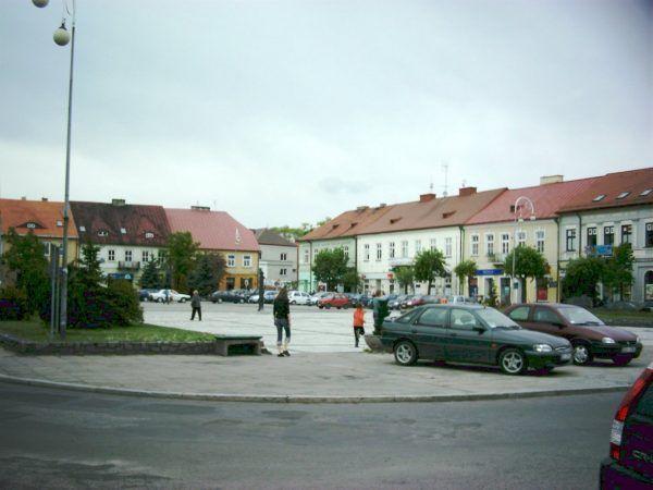 Zwykła nastolatka i spokojne miasto. A jednak taka była sceneria tragicznie zakończonej znajomości. Rynek w Sieradzu w 2007 roku (fot. Z-jacek, lic. CC BY-SA 3.0).