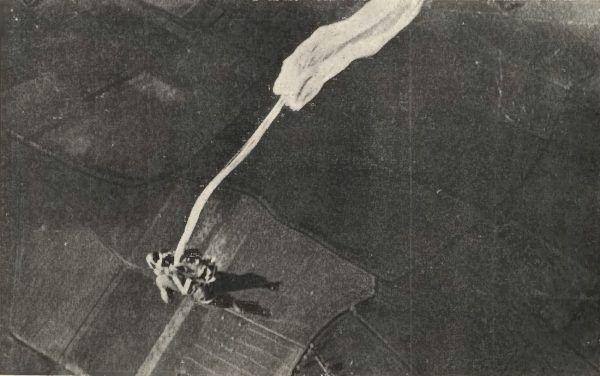 Każdy ze spadochroniarzy szkolonych w Bydgoszczy musiał oddawać skoki w trudnych warunkach atmosferycznych. Zdjęcie podglądowe przedstawiające kurs spadochronowy, lata 30. (źródło: domena publiczna).