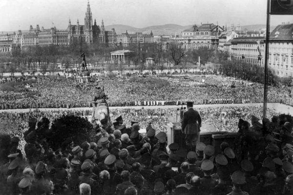 Hitler przemawiający do wiwatującego tłumu wiedeńczyków zgromadzonych przed Hofburgiem trzy dni po Anschlussie (fot. Bundesarchiv, Bild 183-1987-0922-500, lic. CC BY-SA 3.0 de).