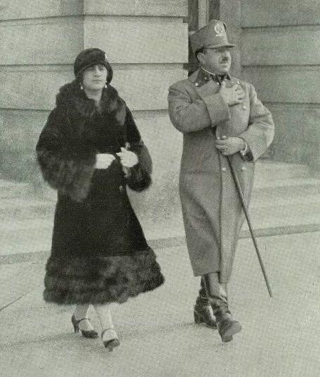"""...i w mundurze, razem ze swoją małżonką. Dwa zdjęcia z pisma """"L'Illustration"""" (1928)."""