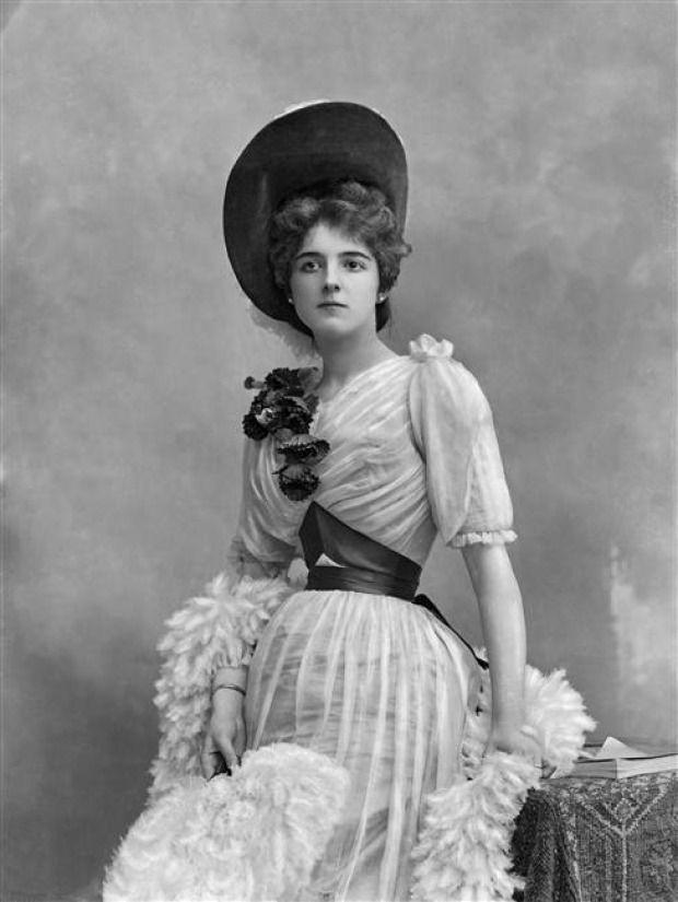 20-letnia Clara Ward jeszcze próbowała udawać grzeczną osóbkę... W obiektywie Nadara, ok. 1895 (źródło: domena publiczna).