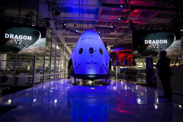 Zaprojektowany przez SpaceX statek kosmiczny Dragon w wersji załogowej (fot. SpaceX, domena publiczna).