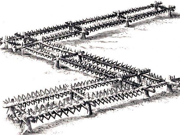 Kozły hiszpańskie były równie skuteczne co stacjonarne kobylice (na ilustracji), a dzięki swej konstrukcji i niewielkiej masie można je było przenosić po polu bitwy. Rysunek ze zbiorów Radosława Sikory.