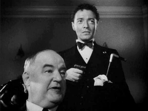"""Niewiele brakowało, a Bianchi zabiłby też Catherine Lorre, córkę znanego aktora Petera Lorre, który grał między innymi w """"Casablance"""". Na zdjęciu scena z filmu """"Sokół maltański"""" z 1941 roku - Peter Lorre trzyma pistolet, poniżej Sydney Greenstreet (źródło: domena publiczna)."""