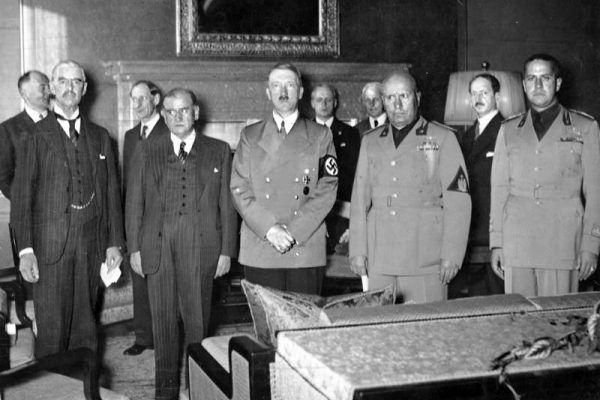 Aż 37 procent badanych Francuzów było przeciwnych ustaleniom z Monachium. A to był dopiero początek ich oporu wobec działań państwa. Na zdjęciu sygnatariusze układu monachijskiego. Drugi od lewej francuski premier Édouard Daladier (Bundesarchiv, Bild 183-R69173, lic. CC-BY-SA 3.0 de).