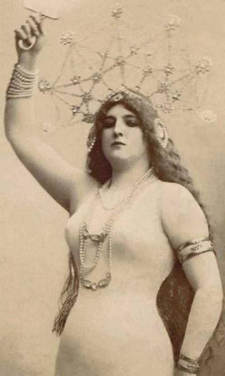 Jak w głowie, tak na głowie? Zdjęcie Clary w cielistym kombinezonie z francuskiego albumu, powstałe ok. 1905 roku (prawdopodobny autor Léopold-Emile Reutlinger, domena publiczna).