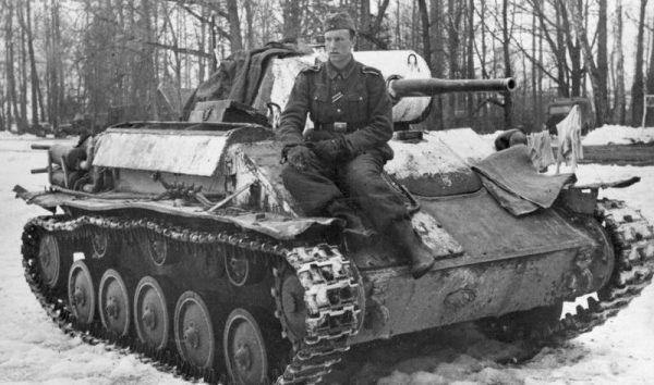 Gdyby Oswin Zanker otrzymał takie zdjęcie od syna, pewnie pękł by z dumy. Manfred jednak nie podzielał zachwytu ojca Hitlerem. Na fotografii: niemiecki żołnierz Hans Hoff siedzi na zdobycznym radzieckim czołgu (źródło: Narodowe Archiwum Cyfrowe, domena publiczna).