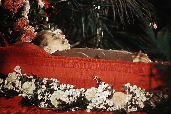 """Ciało wodza wystawione w moskiewskim Domu Związków. Kadr z filmu """"Śmierć Stalina - koniec epoki""""."""