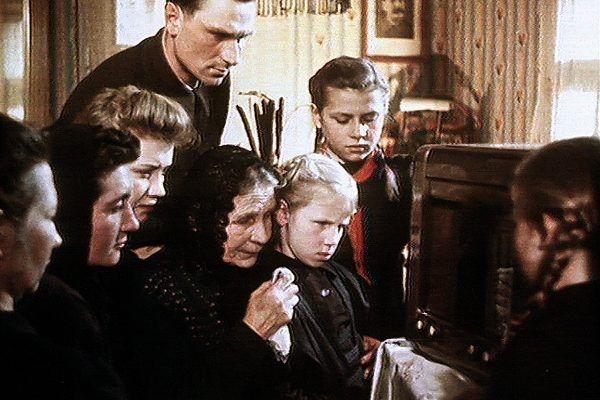 """To tylko propagandowa inscenizacja, ale śmierć wodza naprawdę wywołała wielkie emocje w całym ZSRR. Kadr z filmu """"Śmierć Stalina - koniec epoki""""."""