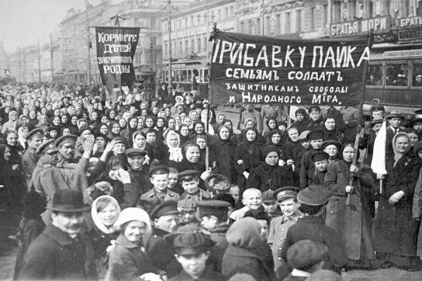Demonstracja robotników w Piotrogrodzie, marzec 1917 roku (fot. domena publiczna).