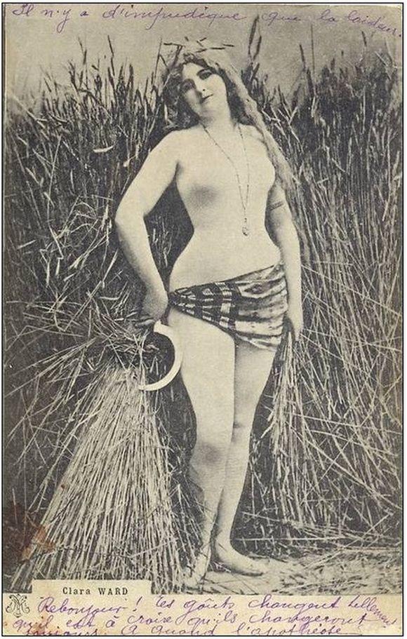 Kto by nie chciał takiej pomocy podczas żniw? Clara Ward w prowokacyjnym cielistym kostiumie na pocztówce z ok. 1900 roku.