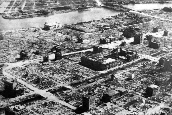 Zdjęcie jednej z tokijskich dzielnic wykonane 10 marca 1945 roku. Widać na nim doskonale skalę zniszczeń, jakie spowodowała gigantyczna burza ogniowa (źródło: domena publiczna).