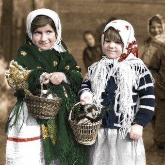 Dwie dziewczynki z koszyczkami ze święconką (1937). W czasie okupacji tak obficie wypełnione koszyczki należały do rzadkości (źródło: domena publiczna; koloryzacja: Rafał Kuzak).