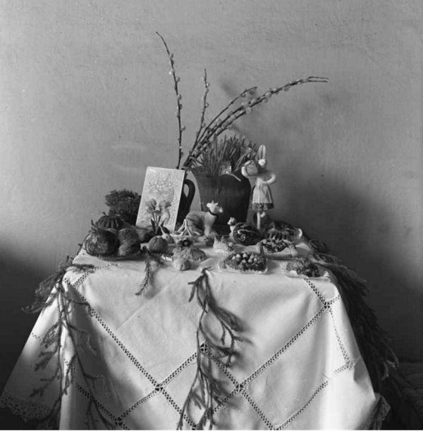 Stolik ze święconką z 1944 roku.