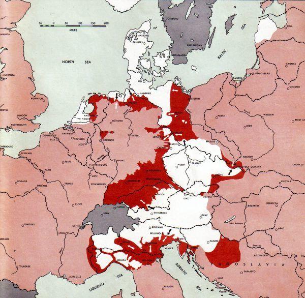 Sytuacja na frontach II wojny światowej w Europie 1 maja 1945 r. Widać kocioł kurlandzki oraz kontrolowaną przez Niemców Mierzeję Wiślaną (rys. U.S. Army, domena publiczna).