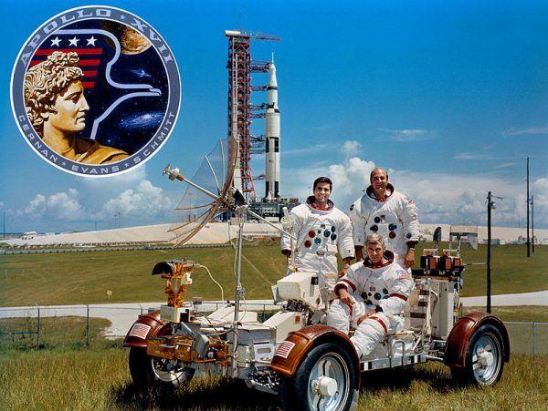 Załoga Apollo 17 przed startem i legendarny pojazd LVR. Od lewej Harrison Schmitt, Ronald Evans. W pojeździe siedzi Eugene Cernan (źródło: domena publiczna).