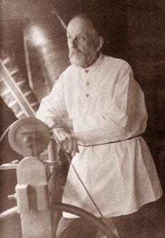Konstantin Ciołkowski - dzięki swojemu zaangażowaniu w rozwój budowy rakiet kosmicznych jego imieniem został nazwany jeden z kraterów księżycowych (źródło: domena publiczna).