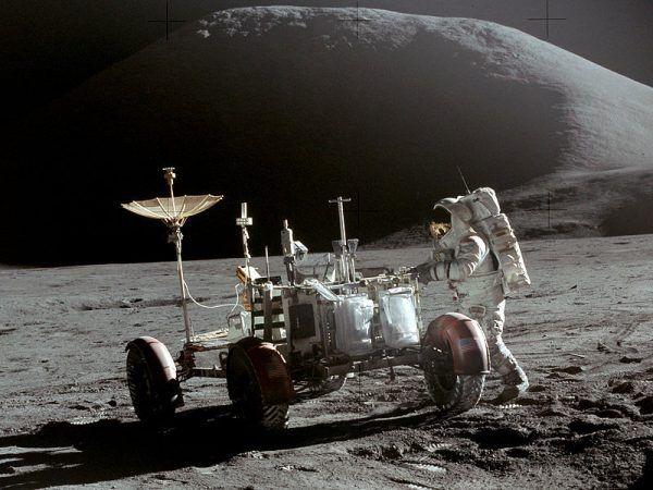 "Księżycowy łazik ""przy pracy"" podczas misji Apollo 15. Na zdjęciu Jim Irwin - ósmy człowiek, który spacerował po powierzchni księżyca (źródło: domena publiczna)."