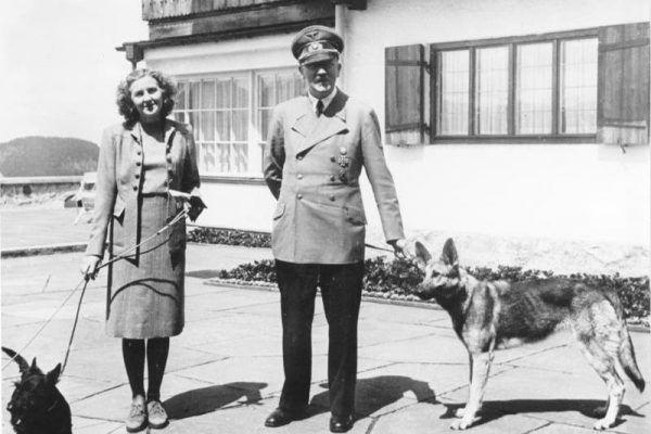 Ewa Braun i Adolf Hitler przed oficjalną rezydencją Berghof w 1942 roku. Trzy lata później oboje popełnili samobójstwo w berlińskim bunkrze (Bundesarchiv, B 145 Bild-F051673-0059 / CC-BY-SA).