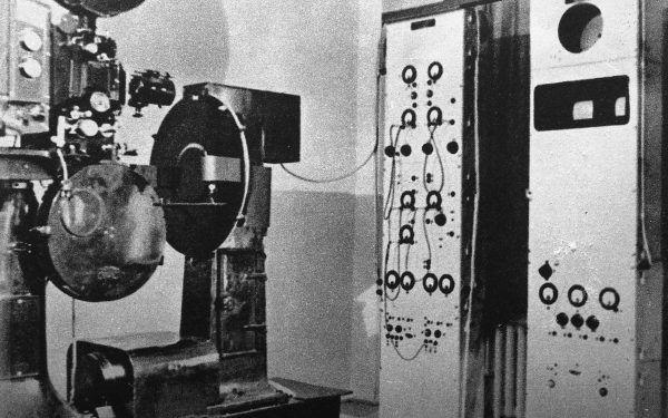 """Na podstawie skonstruowanego w 1929 roku przez Manczarskiego """"sposobu telewizyjnego przesyłania obrazów za pośrednictwem drutu i radia"""" (według określenia samego konstruktora) później opracowywano aparaturę dla Doświadczalnej Stacji Telewizyjnej w wieżowcu Prudential (źródło: archiwym TVP, lic.: CC BY-SA 3.0)."""