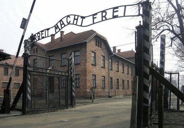 Zły stan zdrowia zdecydowanie nie był przepustką do opuszczenie Auschwitz. Wręcz przeciwnie. Na zdjęciu główna brama obozu z osławionym napisem Arbeit macht frei (fot. Dnalor_01; lic. CC-BY-SA 3.0).