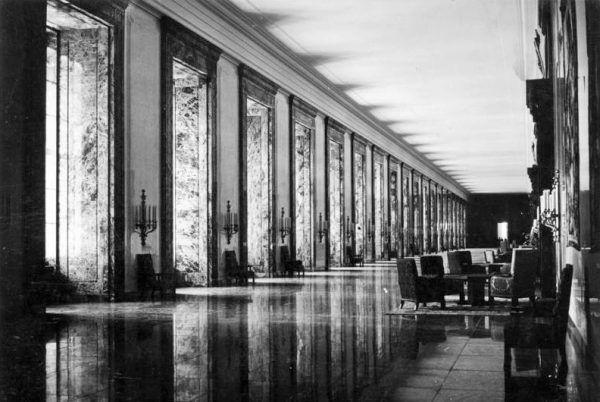 Kancelaria III Rzeszy była prawdziwie imponującym budynkiem. Ale na przełomie kwietnia i maja 1945 roku bezpiecznie bylo już tylko w jej podziemiach (fot. Hoffmann, ze zbiorów Bundesarchiv, Bild 183-K1216-501, CC-BY-SA 3.0).