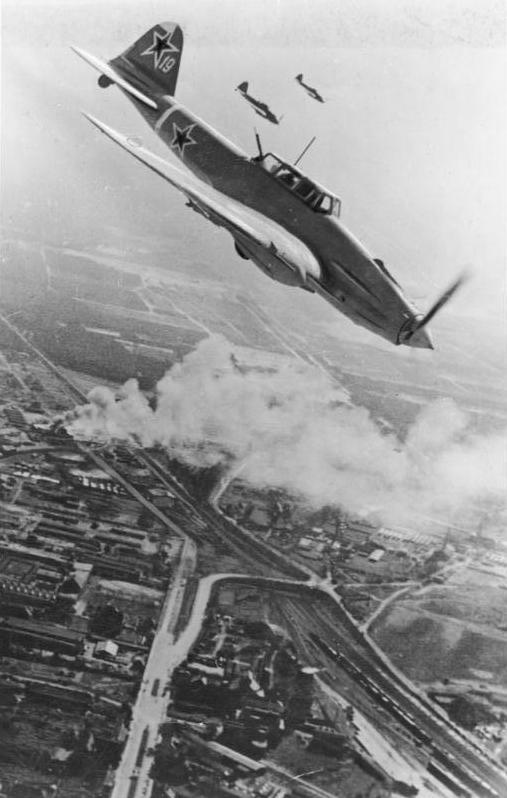 Samolot Ił-2 nurkuje nad Berlinem, kwiecień 1945 r. Być może Hitler słyszał wybuchy zrzuconych przezeń bomb (fot. Bundesarchiv, Bild 183-R85077, CC-BY-SA 3.0).