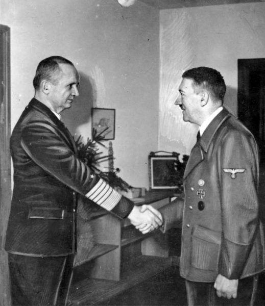 Admirał Karl Dönitz i Adolf Hitler w bunkrze pod Kancelarią Rzeszy, 1945 rok (fot. Bundesarchiv, Bild 183-V00538-3, CC-BY-SA 3.0).