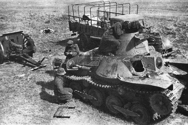 Czerwonoarmiści oglądają zdobyty na Japończykach podczas bitwy czołg Typ 95 Ha-Go (źródło: domena publiczna).