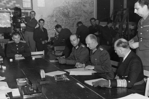Chwila podpisania bezwarunkowej kapitulacji w Reims. Generał pułkownik Alfred Jodl zapewne nawet nie podejrzewał w jakim pośpiechu przygotowywano ten akt… (U.S. National Archives and Records Administration, źródło: domena publiczna).