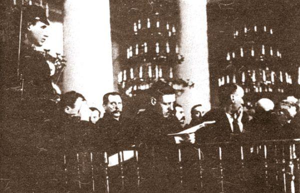 Ława skarżonych w czasie drugiego procesu moskiewskiego. Bolące gardło oraz gorączka mogły sprawić, że Stalin z jeszcze większą bezwzględnością potraktował swoje ofiary (źródło: domena publiczna).