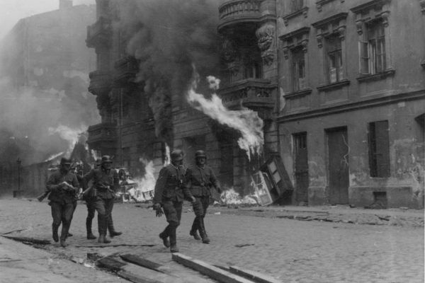 """Likwidacja getta warszawskiego opisana została w raporcie Stroopa. Opatrzoną ją też licznymi fotografiami. Ta, wykonana przez Franza Konrada lub członka Propaganda Kompanie, nosi tytuł """"Drużyna szturmowa"""" (źródło: domena publiczna)."""