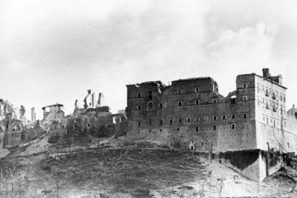 Tak wyglądały ruiny klasztoru Monte Cassino po alianckich bombardowaniach. Choć wydawały się nie do zdobycia, polscy komandosi zdołali wypędzić stamtąd Niemców (fot. Bundesarchiv, Bild 146-2005-0004 / Wittke / CC-BY-SA 3.0).