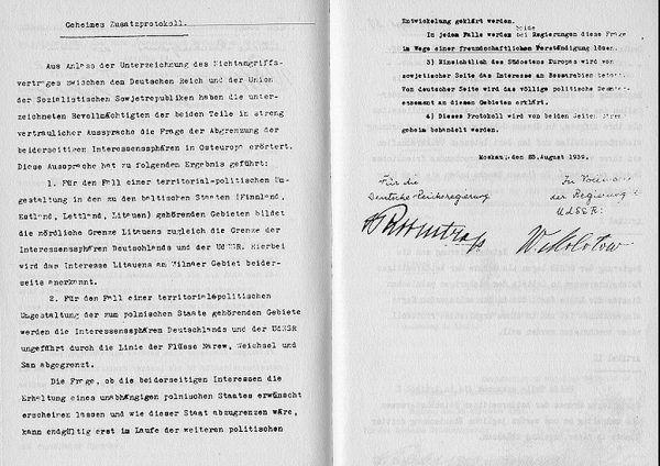 Dokument tajnego protokołu do paktu z 23 sierpnia 1939 roku z podpisami Ribbentropa Mołotowa (źródło: domena publiczna).