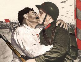 """Entuzjastyczne powitanie żołnierza Armii Czerwonej. Według rosyjskiej propagandy, tak wyglądały spotkania z """"wyzwalanymi"""" (źródło: domena publiczna)."""